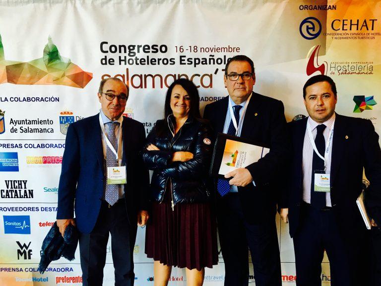 El senador Agustín Almodóbar con Juan Molas, presidente de CEHAT, Toni Mayor y Nuria Montes, presidente y Sec. Gral. de Hosbec.