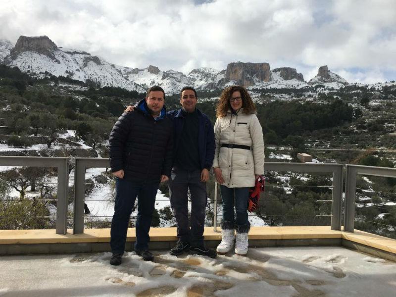 Agustín Almodóbar en Benifato, durante su visita a las poblaciones afectadas por la nieve en Alicante