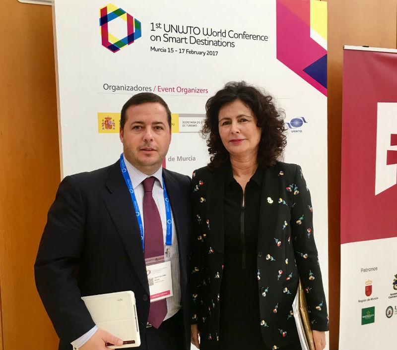 Agustín Almodóbar junto a Matilde Asian en el Congreso de Turismo de Murcia Destinos Inteligentes
