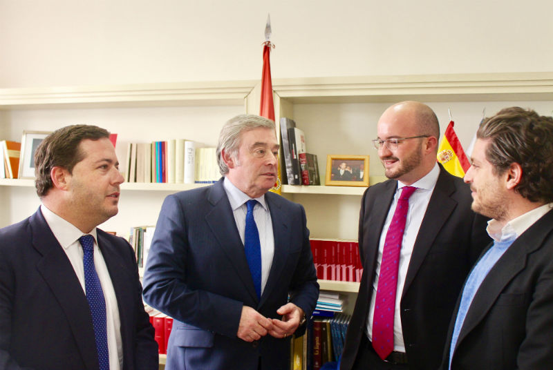 El político de Benidorm Agustín Almodobar y Ceaje en la reunión mantenida en el Senado sobre turismo